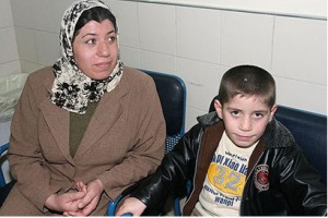 Le jeune enfant irakien, âgé de six ans, Iman, opéré du cœur en Israël grâce au parrainage de l'organisation israélienne S.A.C.H en compagnie de sa mère  (Photo: Ofer Amram, YnetNews.com)