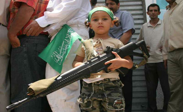 http://www.europe-israel.org/wp-content/uploads/2012/03/enfants-soldats-palestiniens.jpg