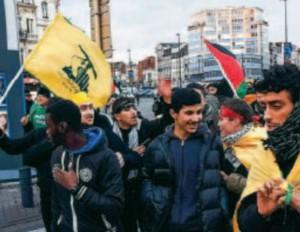 drapeaux du Hezbollah pendant une manifestation de soutien à Gaza à Bruxelles
