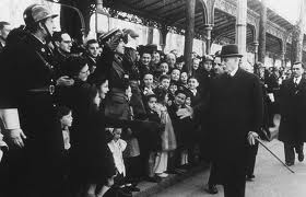 Le maréchal Pétain, en visite en 1942 au camp de Drancy, où les Juifs français étaient enfermés avant d'être transférés dans des camps d'extermination.