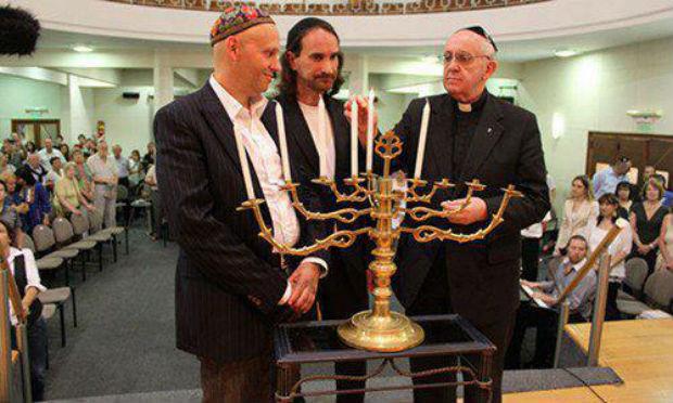 le Cardinal Jorge Mario Bergoglio, futur pape François 1er, participant à un allumage de bougies de Hanouka à la synagogue Emanuel de Buenos Aires, en décembre 2012.