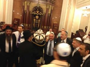 Un très vieux Sefer Torah volé depuis longtemps par les russes est rendu à la grande synagogue de Kiev