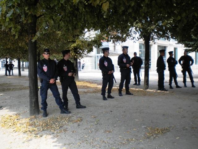 Cordon de police interdisant l'entrée du Musée du Jeu de Paume en ce 7 juillet 2013. Le groupe Euro-Palestine est resté plusieurs heures à l'intérieur.