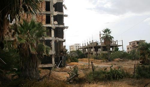 Les bâtiments en ruine du quartier de Varosha à Famagusta, Chypre, photographié en 2009. C'est une zone contrôlée par la Turquie au nord de l'île. Les habitants ont fui durant l'invasion turque de 1974 et le quartier reste depuis à l'abandon. (Source: WikiMedia Commons)