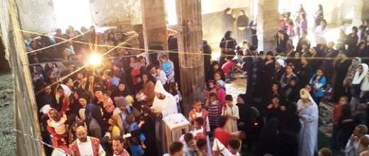 Les fidèles assistent à la messe en l'église de Delga entièrement pillée et brûlée