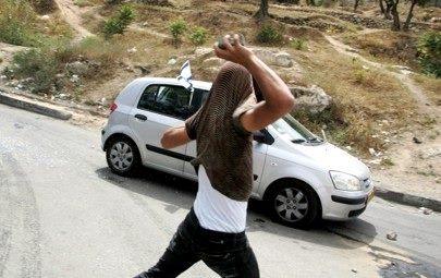Sur les routes d'Israël, les jets de pierres sont fréquents et meurtriers. Ils sont le fait  d'enfants et adolescents arabes déresponsabilisés voire encouragés par les autorités arabes. La Communauté internationale n'y trouve rien à redire.