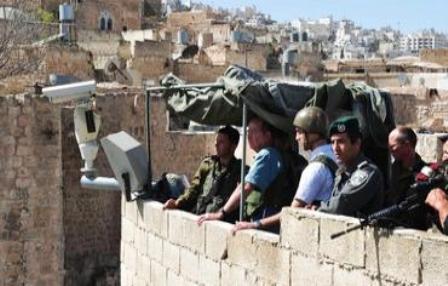 Moshe Yaalon, ministre de la Défense sur un observatoire à Hebron en Judée-Samarie