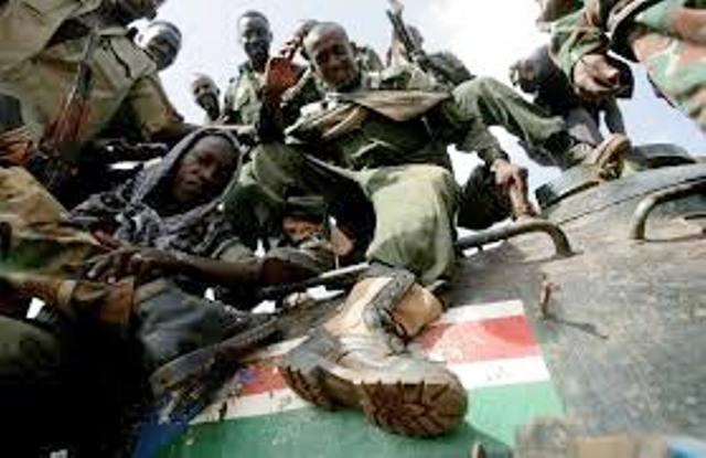 Un soldat nord-soudanais piétine le drapeau du Sud Soudan
