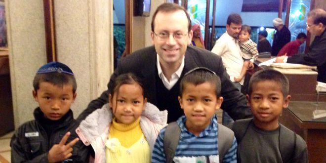 Michael Freund avec des enfants des Bnei Menashe s'apprêtent à rentrer en Israël.