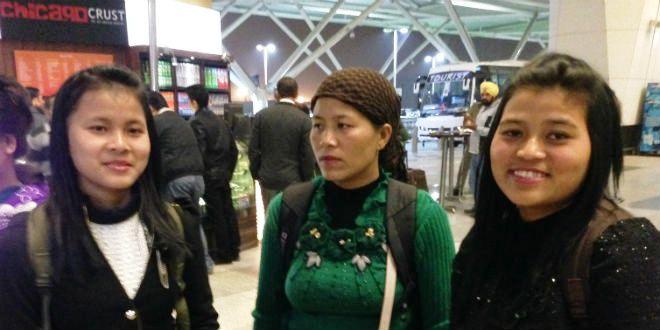 Aéroport de New Delhi : Des femmes des Bnei Mensashe en attente de leur vol à destination d'Israël