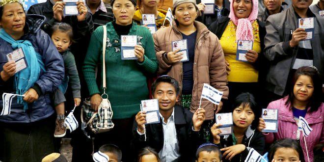 Ils exhibent fièrement leurs nouvelles cartes d'identité de citoyens israéliens.