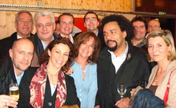 Zenith 2006, on reconnaît de gauche à droite : Alain Soral, Bruno Gollnisch, Jany le Pen (épouse de Jean Marie) et Frédéric Chatillon, fêtant Dieudonné.