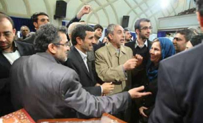 Béatrice Pignède congratulée par Ahmadinejad, au festival du film de Farj, février 2012