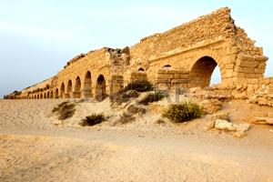 16838889-aqueduc-romain-de-cesaree-sur-la-cote-de-la-mer-mediterranee-israel
