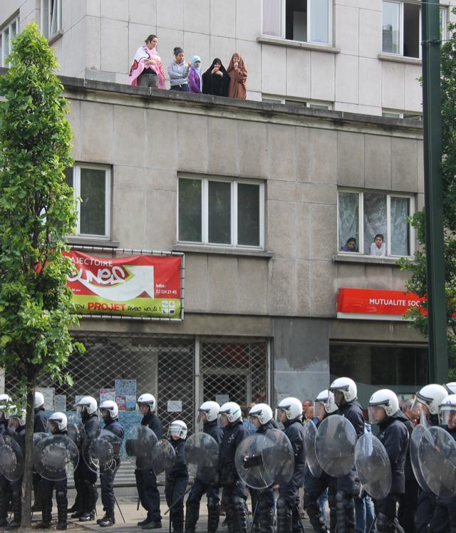 les forces de l'ordre Belge dispersent les antisémites