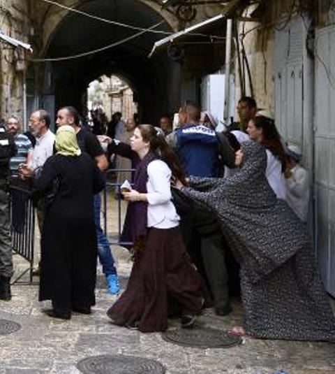 Arab-woman-grabbing-israeli-woman