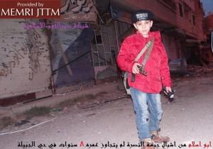 """""""Abu Islam"""" (huit ans) patrouillant dans les quartiers de Deir Al-Zour (Syrie)."""