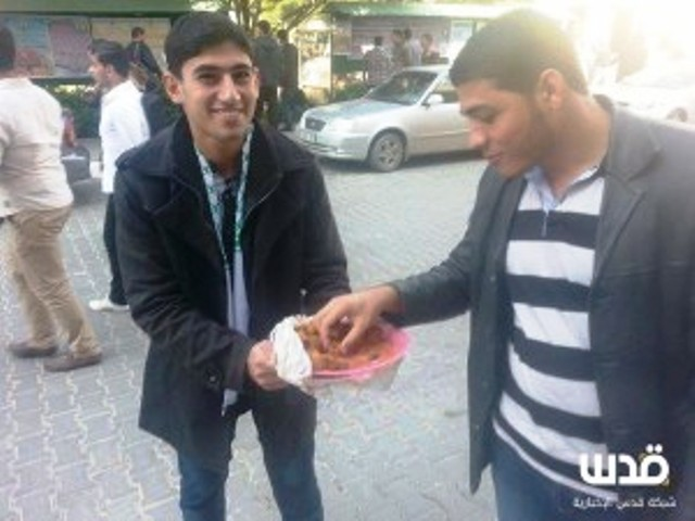 Gazans-hand-out-