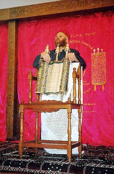 Photo de 2005 à Holon, Israël. Un Samaritain déroule fièrement le rouleau de Torah, symbole de la résurrection du peuple samaritain, grâce au mouvement sioniste.