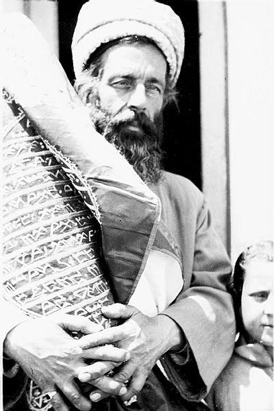 Photo de 1928. Toute la tragédie de la Shoah samaritaine dans la beauté des yeux clairs d'un Cohen samaritain serrant dans ses bras un rouleau de Torah écrit en paléo-hébreu.